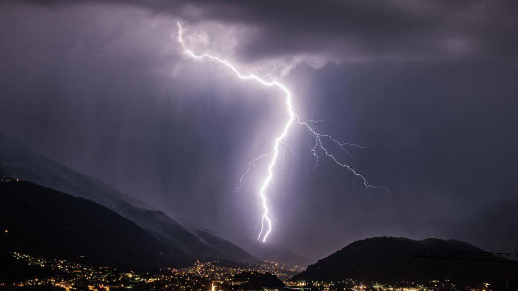 Nach einer Tropennacht ist für die kommenden Tage mit heftigen Gewittern zu rechnen. (Archivbild)