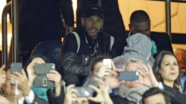 Gegen Manchester United konnte der verletzte Neymar nur zuschauen, fluchen und unanständig zwitschern