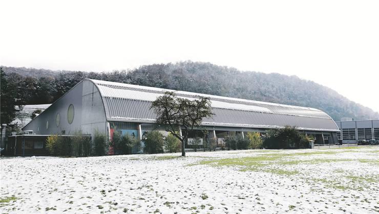 Ein Teil des Dachs der bestehenden Kunsteisbahn soll über der Eisfläche zurückgebaut werden.