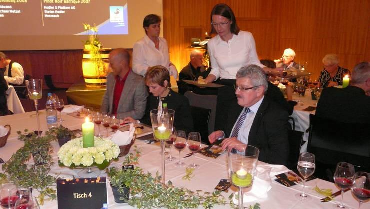 Bei Kerzenlicht: Moderator Michael Sokoll, «Vinum»-Chefin Barbara Meier-Dittus, Landammann Roland Brogli (v. l.). (Bild: Hans Lüthi)