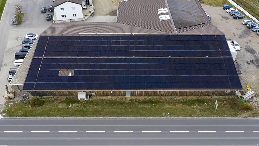 Fotovoltaik-Anlage auf dem Dach eines Hofladens in Rafz ZH. (Archivbild)