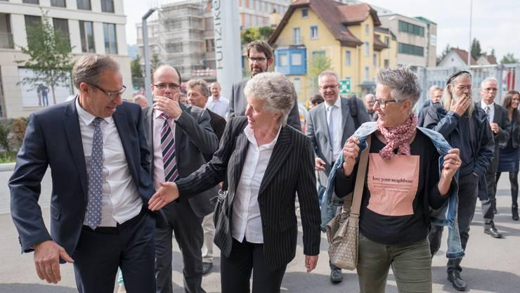 Hallo miteinander: Die Kantonsräte treffen in Dietikon ein, um die Firma Hunziker zu besichtigen.