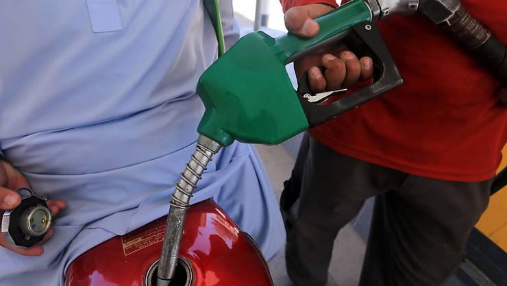 Betankung eines Motorrads an einer Tankstelle in Pakistan. (Archivbild)