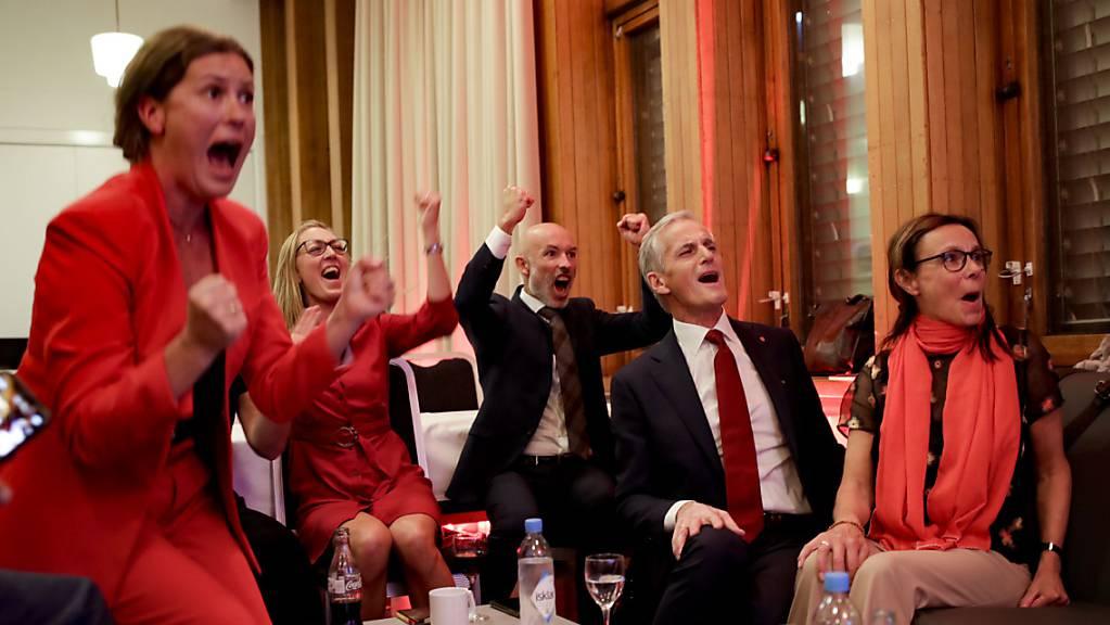 Jonas Gahr Støre (2.v.r), Vorsitzender der sozialdemokratischen Arbeiterpartei, jubelt nach der Auszählung der Wahlergebnisse. Foto: Javad Parsa/NTB/dpa