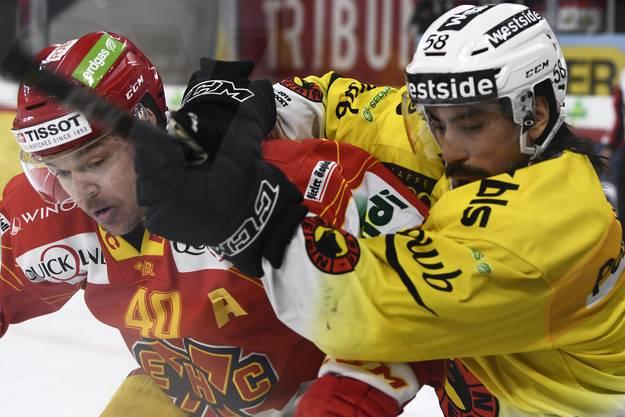 Jan Neuenschwander (l.) hat Mühe gegen den Berner Eric Blum (r.) anzukommen.