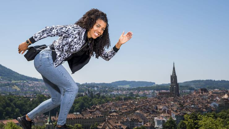 Mujinga Kambundji vor ihrem Heim-Wettkampf in Bern. (KEYSTONE/Jean-Christophe Bott)