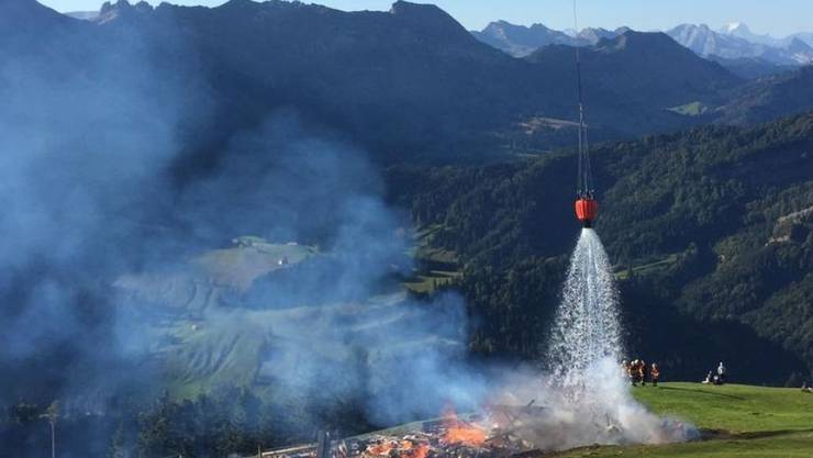 Trotz des Einsatzes eine Löschhelikopters brannte die Alp in Urnäsch AR komplett ab.