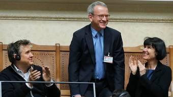 Nach seiner Bestätigung im Parlament gibt es Applaus für Adrian Lobsiger. Der Berner arbeitete bislang im Bundesamt für Polizei. Peter Klaunzer/Keystone