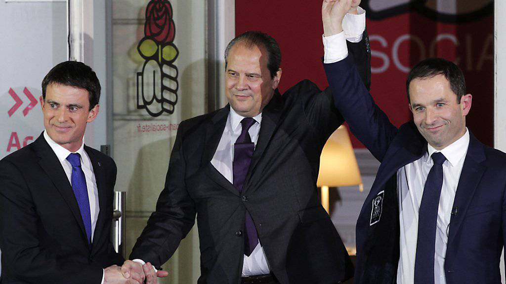 Der frisch gewählte Kandidat Benoît Hamon (r) und der Verlierer Manuel Valls (l) mit Sozialisten-Parteichef Jean-Christophe Cambadelis