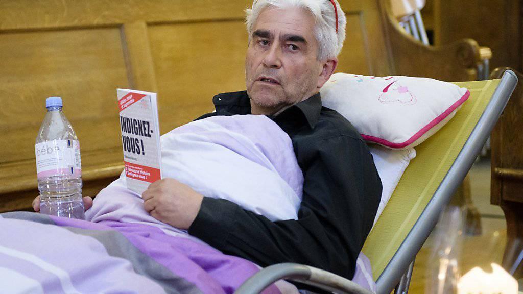 Seit Beginn des Hungerstreiks vor einer Woche harrt der entlassene Pfarrer Daniel Fatzer in der Kirche Saint-Laurent in Lausanne aus.