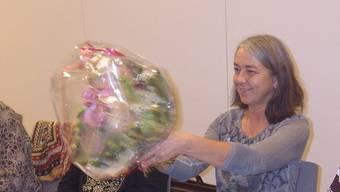 Die neue Co-Präsidentin des Kirchenchors Bremgarten, Silvia Küng, übernimmt Blumen und Verantwortung mit Freude. zvg