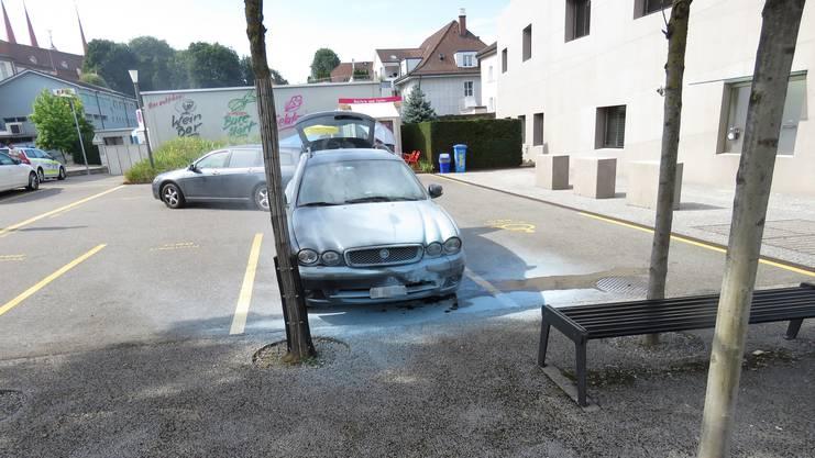 Das Fahrzeug war auf einem Parkplatz abgestellt, als es zu brennen anfing.