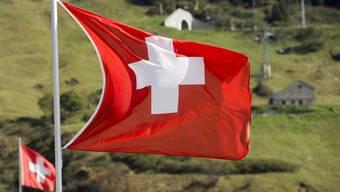 """Die Zuschauer wählten den Vorschlag, der mit der Textzeile """"Weisses Kreuz auf roten Grund"""" beginnt. Er stammt von Werner Widmer aus Zollikerberg und basiert vollständig auf der Melodie der derzeitigen Nationalhymne."""