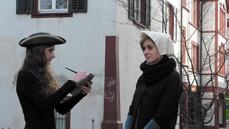 Sophie Bürgi und Anina Eigenmann führen durch das Kleinbasel.
