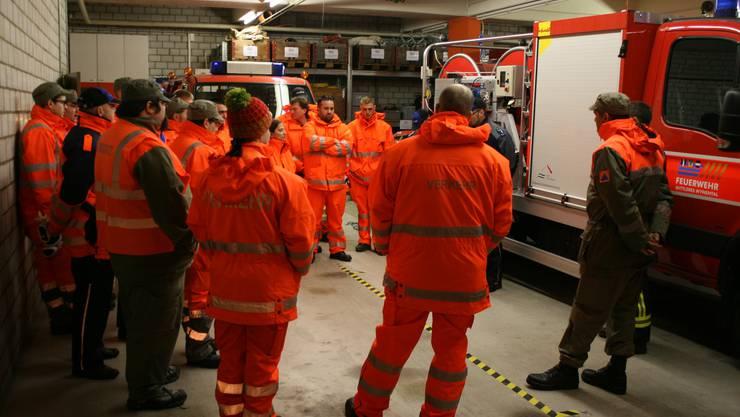 Polizei, Feuerwehr und Zivilschutz des Wynentals besprechen ihre erste gemeinsame Verkehrslenkungsübung.