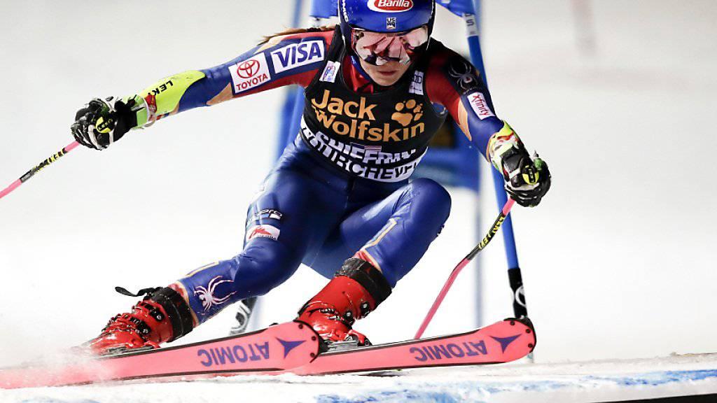 Mikaela Shiffrin meistert den Sprung im Parallel-Slalom von Courchevel