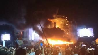 Der Brand konnte gegen Mitternacht gelöscht. Als Ursache wird ein Schaden in der Pyrotechnik-Anlage vermutet.