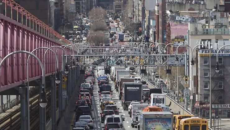 Die Stadt New York will das hohe Verkehrsaufkommen in Manhattan mit einer neuen Mautgebühr in den Griff bekommen - zusätzlich zu bereits bestehenden Abgaben. (Archivbild)