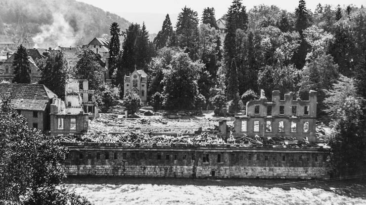 Das Grand Hotel als Ruine. Statt eines kleineren Hotels entstand auf dem Areal ein Park und darunter ein Parkhaus.
