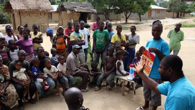 UNICEF-Mitarbeiter informieren Liberianer über das Ebola-Virus