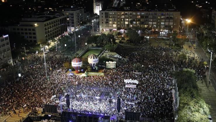 Rund 25'000 Personen nahmen an der Gedenkveranstaltung auf dem Rabin Platz in Tel Aviv teil.