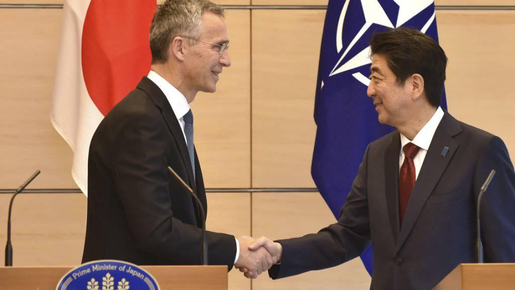 NATO-Generalsekretär Jens Stoltenberg (links) und der japanische Ministerpräsident Shinzo Abe sind sich einig, dass es in der Nordkorea-Krise internationalen Druck braucht.