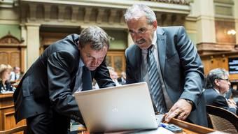 BDP-Nationalrat Bernhard Guhl (links) im Gespräch mit dem Berner ParteikollegenHans Grunder im Nationalratssaal.