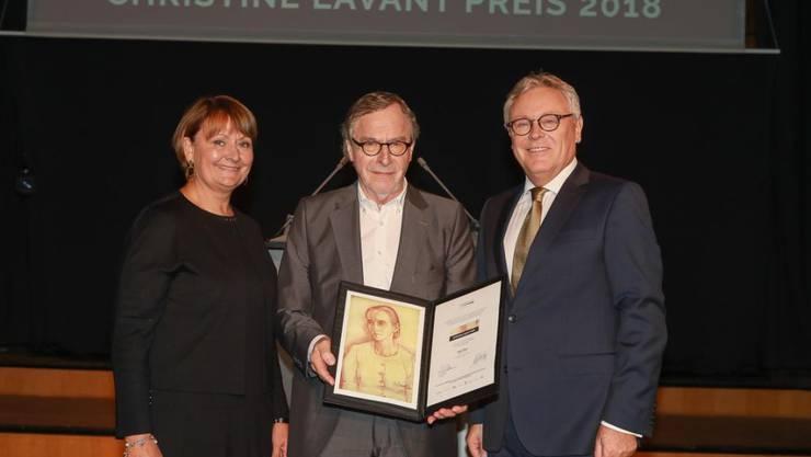 Der Aargauer Schriftsteller Klaus Merz (Mitte) ist am Sonntag im Wiener Radiokulturhaus mit dem mit 15'000 Euro dotierten  Christine Lavant Preis ausgezeichnet worden.