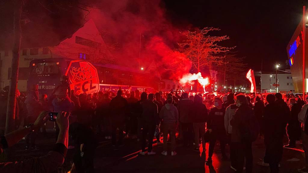 350 Fans empfangen ihren FC Luzern vor der Swissporarena