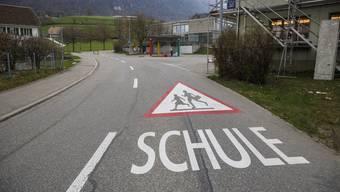 Tempo 30 oder Flüsterbelag: Zur Entscheidungsfindung muss ein Gutachten erstellt werden. Rechts die Busstation Endhalt und dahinter ein Schulgebäude.