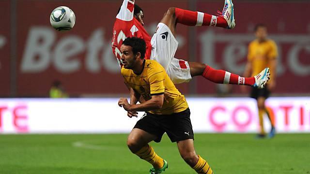 Raphael Nuzzolo lässt Bragas Emmanuel Imorou abheben