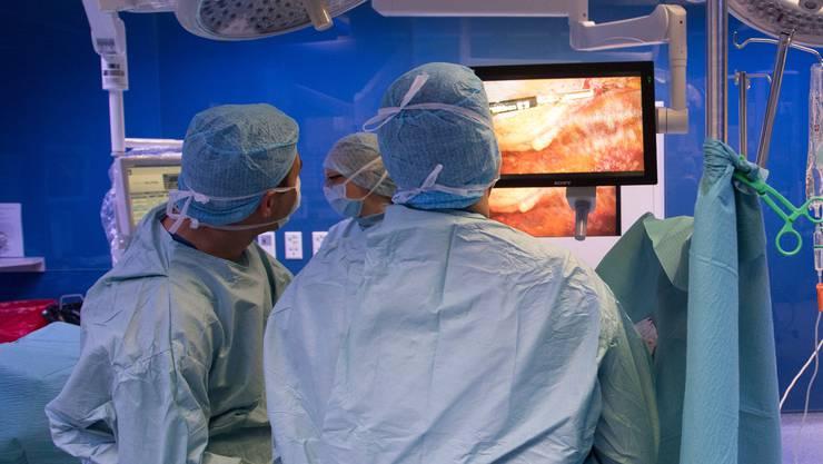 Einem Walliser Chirurgen wird vorgeworfen, für den Tod von Patienten verantwortlich zu sein. Kam ihm ein Staatsanwalt bei der Rehabilitierung zu Hilfe? (Themenbild: Alex Spichale)