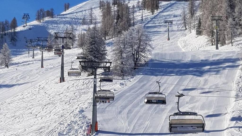 Skifahrer geht mit den Fäusten auf Skifahrerin los