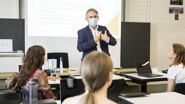 An der Medienkonferenz an der Kantonsschule Zofingen orientierte Bildungsdirektor Alex Hürzeler über die Coronamassnahmen.