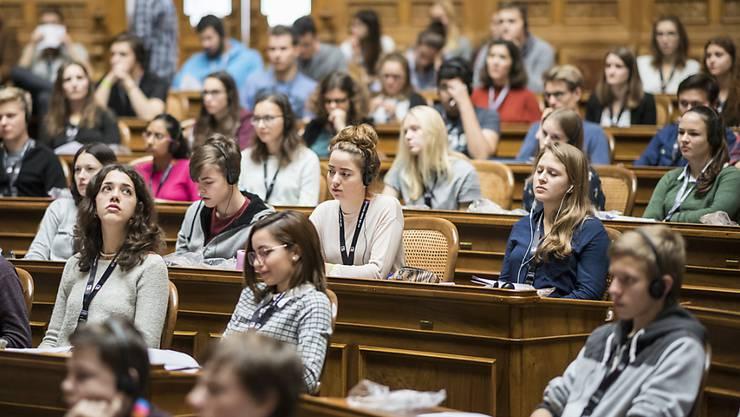 Das Wachstum des Zürcher Jugendparlaments sei Ausdruck des wachsenden Interesses der Jugendlichen an Politik und Gesellschaft. Im Bild Teilnehmerinnen und Teilnehmer der Jugendsession in Bern. (Archivbild)