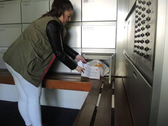 Wer nicht zuhause ist, dem wird das Brot und ein Infozettel in den Briefkasten gelegt.