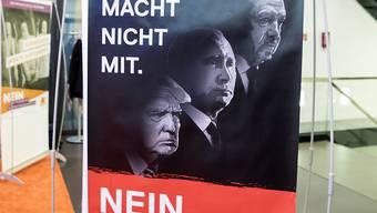 Ein Plakat der Gegner der Selbstbestimmungsinitiative. (Themenbild)