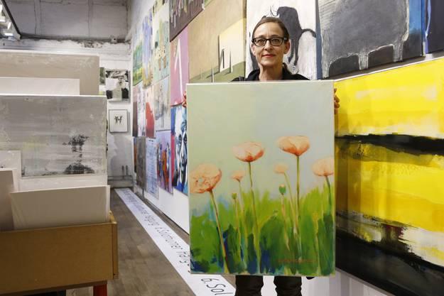 Esther Schaufelberger aus Flawil kommt jedes Jahr zum Kunst-Supermarkt. Es gefällt ihr, hier so viele Bilder unter einem Dach zu finden. Sie kauft spontan, was ihr gefällt. Schon früh fand sie dieses Jahr ihr Lieblingsbild von Guido Regina. Die kräftigen und doch feinen Farben hätten sie sofort angesprochen. Auch das grosse Format der Arbeit gefalle ihr, sagt die Flawilerin.