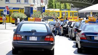 Die drei Räuber stiegen am Bahnhof SBB in das Taxi ein und liessen sich zum Barfüsserplatz fahren. (Symbolbild)
