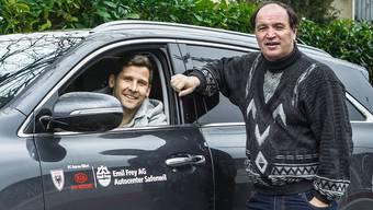FCA-Abwehrchef Stéphane Besle und Raimondo Ponte posieren mit einem Auto von Kia Motors