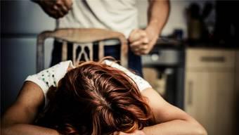 Nachdem der Mann sie halbtot gewürgt und danach noch geschlagen hatte, rief er selbst der Polizei an. (Symbolbild)