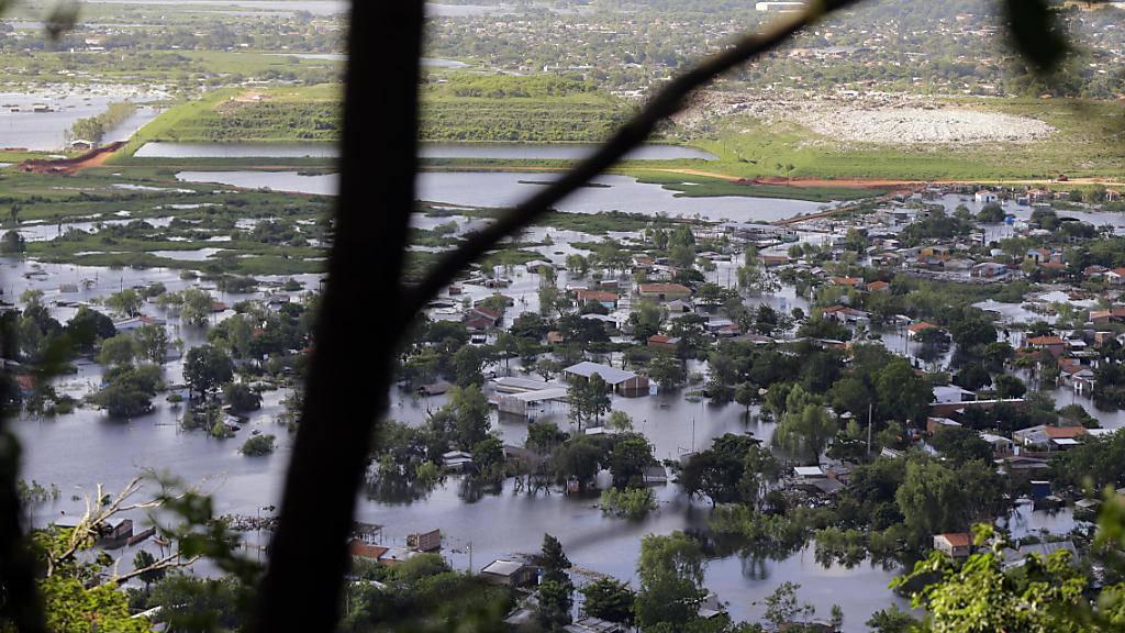 Die Strasse in Cateura, ein Vorort der Hauptstadt Asunción, stehen unter Wasser.