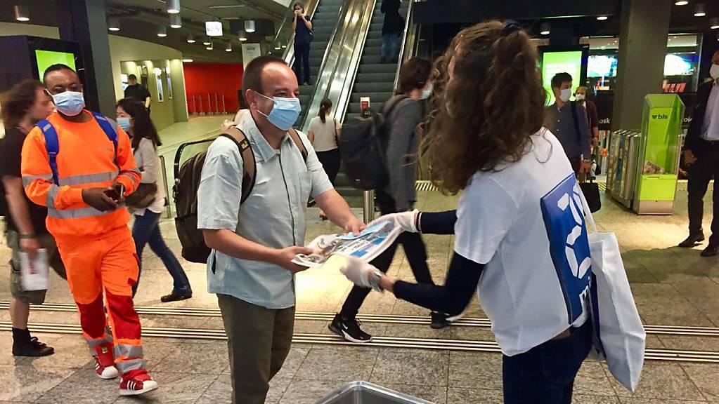 Grosses Interesse an Kombination Gratiszeitung/Gesichtsmaske im Berner Hauptbahnhof.