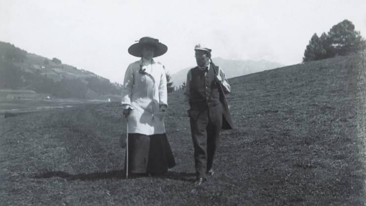Gustav Mahler zusammen mit der von ihm angebeteten Frau Alma in der Nähe ihrer Sommerresidenz in Toblach im Jahr 1909.