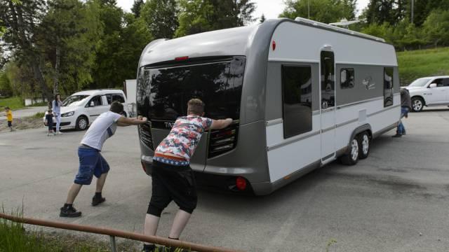 Jenische schlagen ihr Zelt auf dem Gelände der Hotelfachschule auf