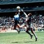 Weil Diego Maradona den Ball mit der Hand spielt, kommt Englands Torhüter Peter Shilton zu spät und Argentinien geht 1986 im WM-Viertelfinal mit 1:0 in Führung