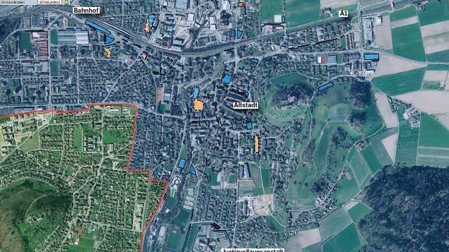 Die blau und schwarz markierten Flächen sind öffentliche Parkplätze, die orangen Felder haben eine private und öffentliche Nutzung.