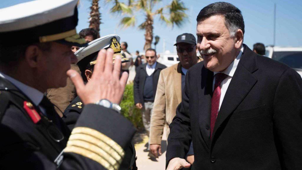 Ankunft in Tripolis: Ministerpräsident der Einheitsregierung Libyens, Fajis al-Sarradsch (rechts), wagt sich in die Höhle des Löwen.