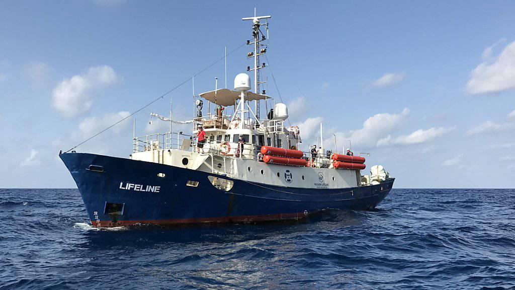 """Die Besatzung des in Italien und in Malta abgewiesenen Rettungsschiffs """"Lifeline"""" mit rund 230 Menschen an Bord hat in Spanien und in Frankreich um Hilfe gebeten. (Archivbild)"""