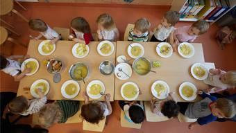 Für die familienergänzende Kinderbetreuung müssen einige Urdorfer Eltern künftig mehr zahlen. (Archiv)